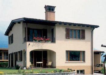 Su due piani pfister case for Semplice casa con 3 camere da letto piani kerala